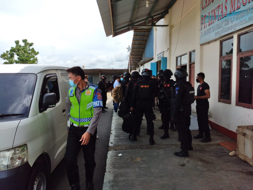 Personil Polres Sorong Kawal Kedatangan 2.160 Pcs Vaksin Sinovac yang dikemas dalam 2 Koli.