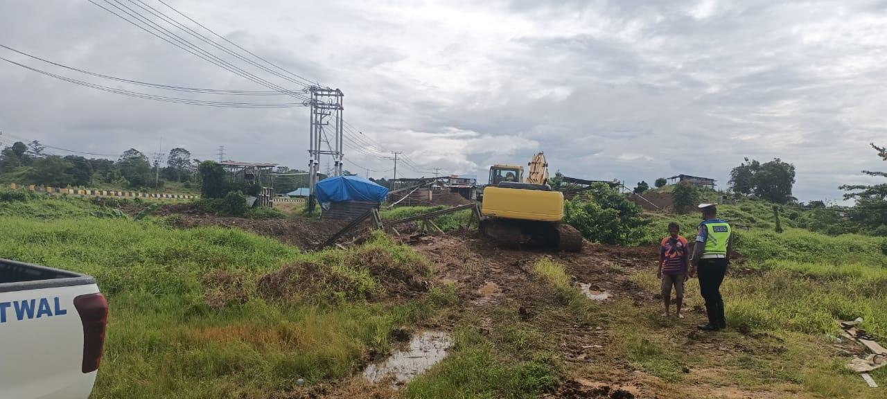 Piket Satuan Lantas Polres Sorong berikan teguran kepada Pengemudi Dump Truk Yang Memuat Material Pasir