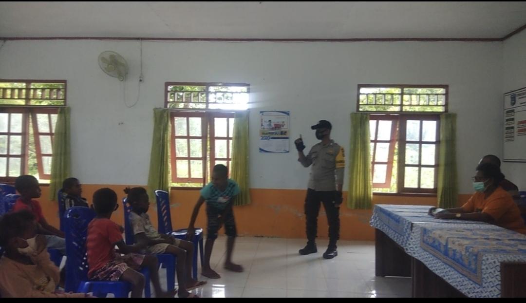 Bhabinkamtibmas Kampung Maladuk Mengajar Anak-anak di SD Maupun di Rumah- Rumah Warga Binaan Di Masa Pandemi Covid-19