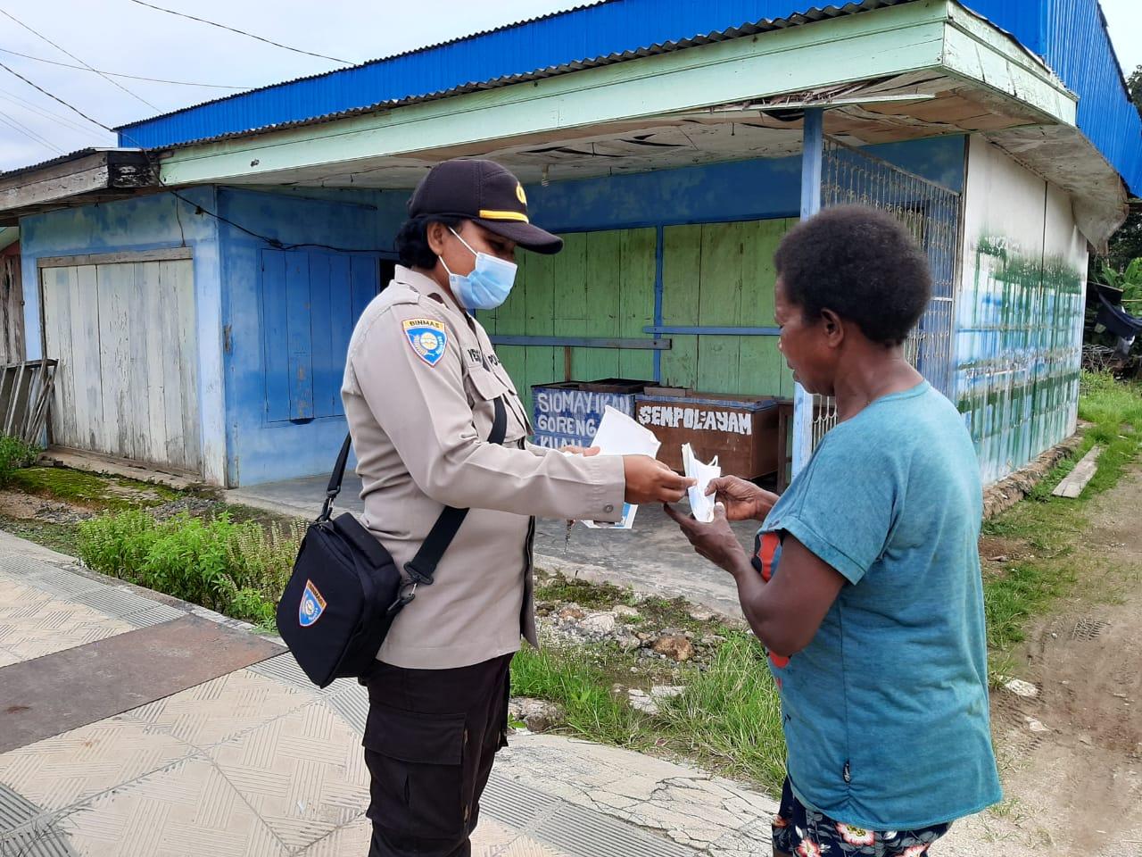 Sat Binmas Polres Sorong Kembali Lakukan Pembagian Masker Gratis