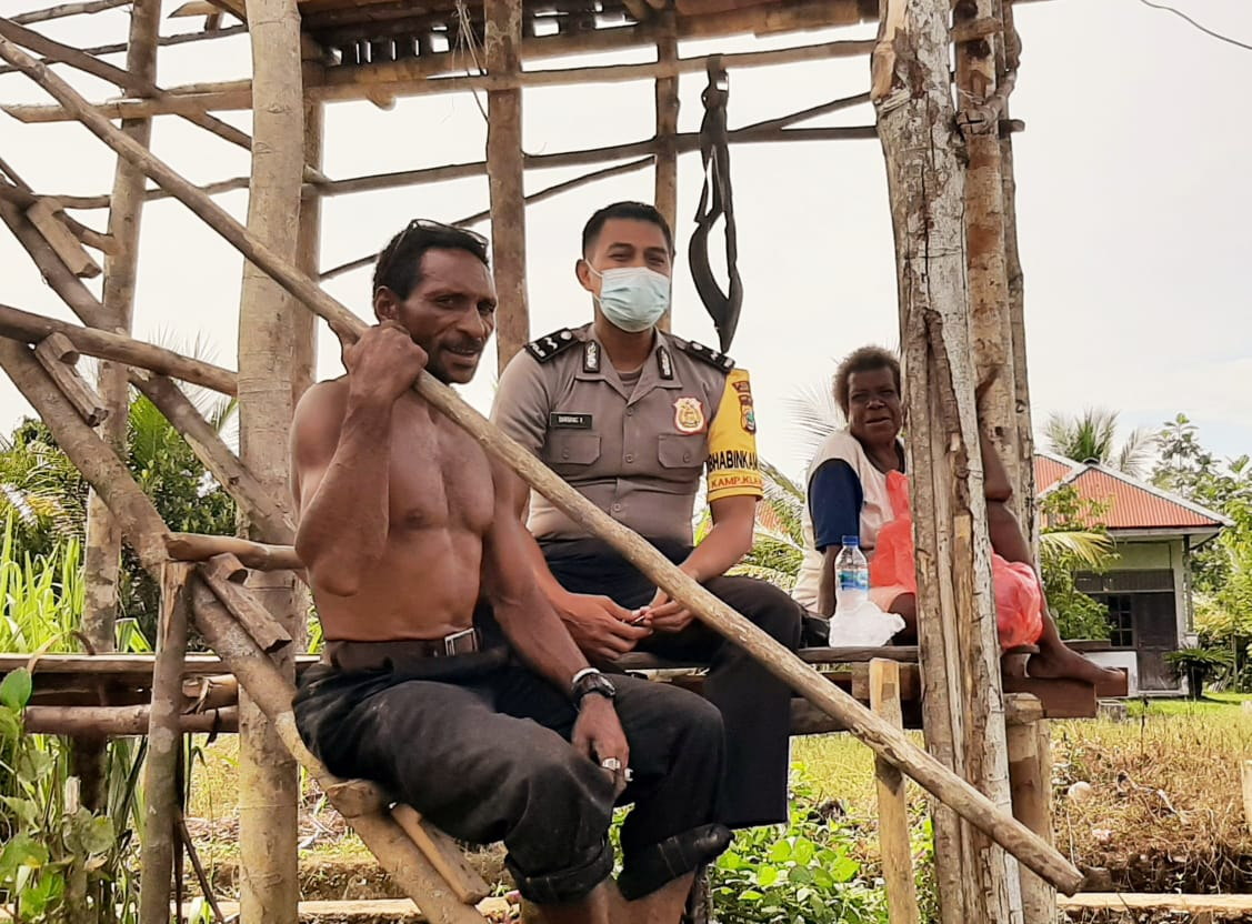 Sambangi Warga Binaan Bhabinkamtibmas Kampung Klawoton Dist. Moisegen Himbau Pesan Kamtibmas