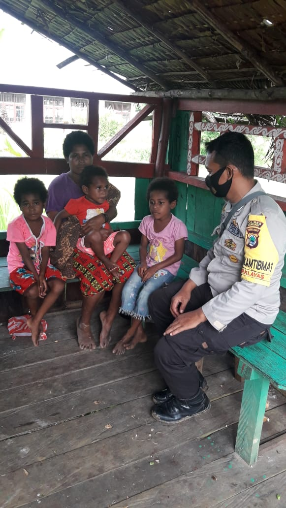 Bhabinkamtibmas Polsek Seget Sosialisasikan 3M Secara Door To Door Sambangi Warga Binaannya