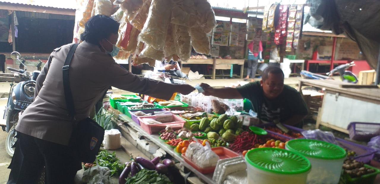 Personel Polres Sorong bagikan masker untuk Para Pedagang