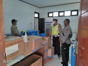 Personil Polres Sorong Kawal Pendistribusian Vaksin COVID-19, Dari Gudang Farmasi