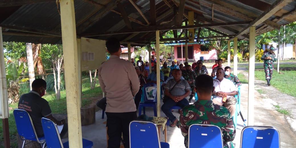 Kapolsek Seget Besama Warga Masyarakat Kamp. Seget Dengan Aparat Pemerintahan Distrik Seget Laksanakan Rapat / Tatap Muka