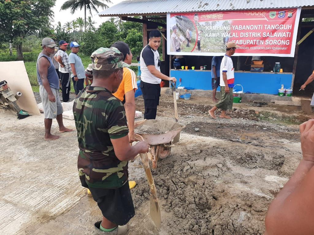 Kapolsek Salawsti Pimpin Langsung Kerja Bakti Kampung Tangguh Nusantara