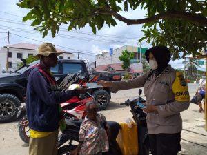 Personil Polres Sorong terus Aktif Menghimbau Pengendara Gunakan Masker