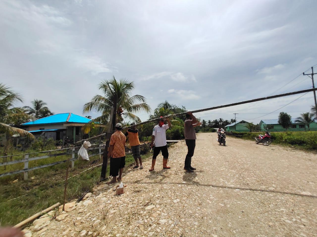 Jalin Kedekatan Dan Tali Silaturahmi, Bhabinkamtibmas Kampung Klagulu<br>Polsek Beraur Melaksanakan Kerja Bakti Bersama Warga Masyarakat