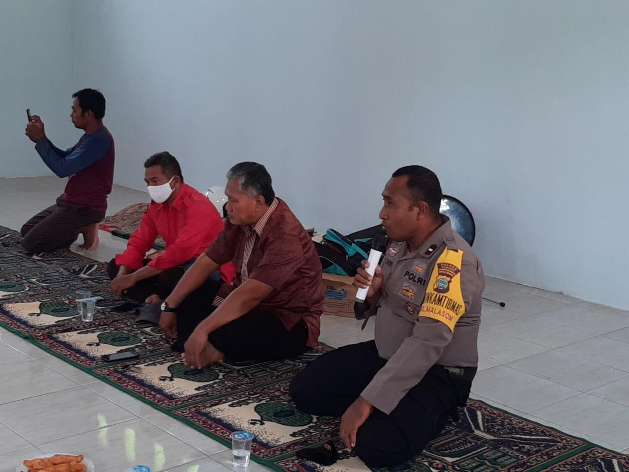 Hadiri Pertemuan/ Rapat, Bhabinkamtibmas Kelurahan Malasom AIPDA LA DAUWI, SH., MH Sampaikan Pesan Kamtibmas