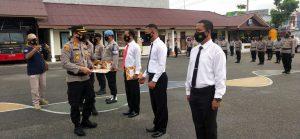 Kapolres Sorong AKBP Robertus A. Pandiangan, S.iK, MH memberikan Reward / piagam penghargaan kepada Kapolsek Salawati beserta  7 personilnya