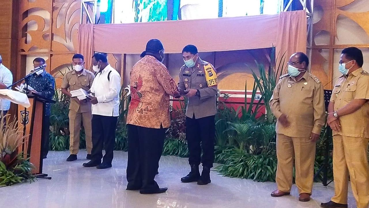 Kapolres Sorong Hadiri Giat Launching Peluncuran Buku Biografi Dr. Jhony Kamuru S.H, M.Si (Bupati Kab. Sorong) dan Album DVD Rohani Band Sinagi