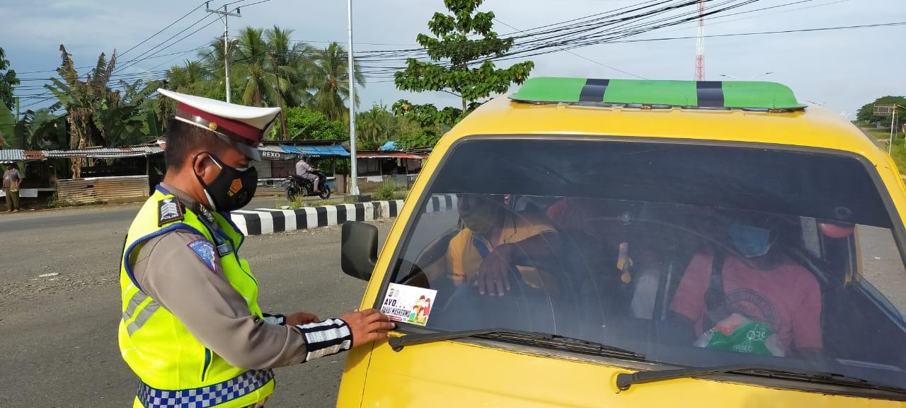 Ajak Warga Sorong Patuhi Protkes, Satuan Lalu Lintas Polres Sorong Pasang Stiker di Kendaraan