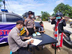 Tim Satgas Aman Nusa II Polres Sorong Berikan Imbauan Covid-19 Dan Bagikan Masker Kepada Masyarakat