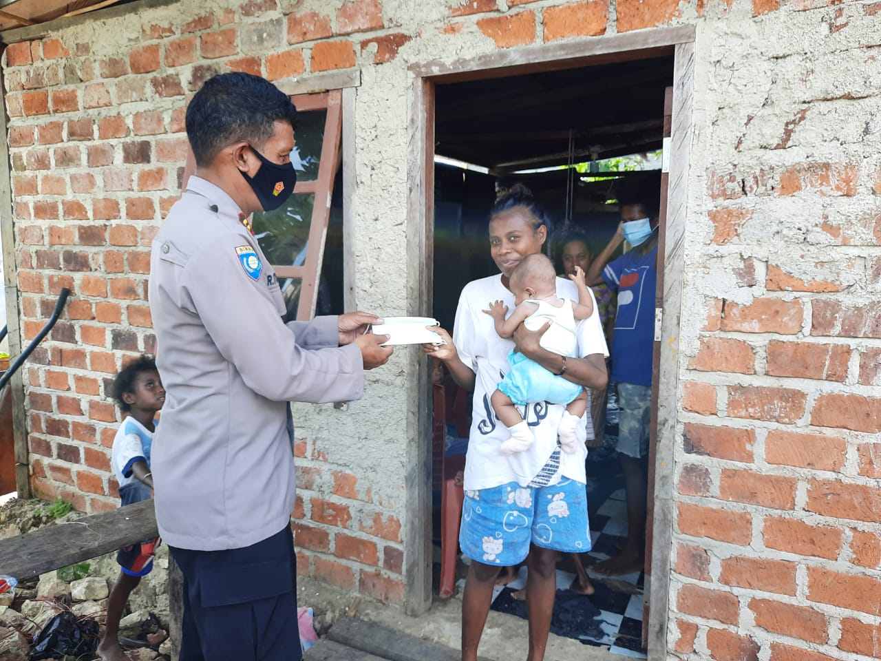 Satuan Binmas Dan Bhabinkamtibmas Berikan Himbauan Covid-19 Dan Bagikan Masker