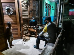 Tingkatkan Sinergitas Dengan Aparatur Kampung, Bhabinkamtibmas Kampung Seget Sambangi Sekaligus Koordinasi Dengan Sekdes