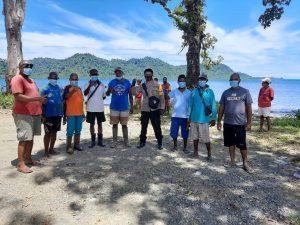 Bhabinkamtibmas Bersinergi Dengan Aparatur Kampung Dalam Pengamanan Pemasangan Patok Tapal Batas Kampung