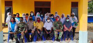 Sinegritas Bhabinkamtibmas Kampung Klagulu Dan Bhanisa Laksanakan giat Kerja Bakti Bangun Pagar Posko 3 pilar