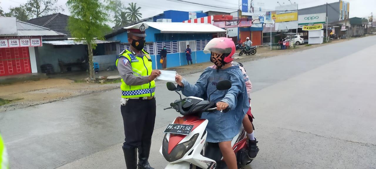 Atur Lalu Lintas, Unit Patwal Satlantas Polres Sorong Bagikan Masker ke Pengendara
