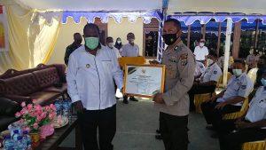Bupati Kabupaten Sorong Beri Piagam Penghargaan Pada Kapolsek Salawati dan Kapolsek Beraur