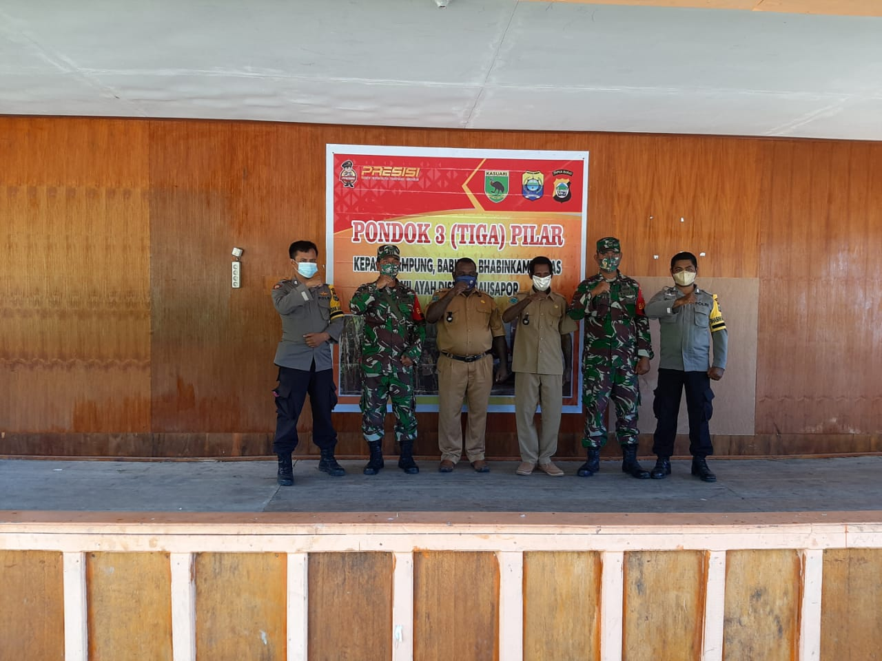 Bhabinkamtibmas Bersama Perangkat Kampung, Pasang Kampung Yabanonti ( Kampung Tangguh) Di kampung Nanggouw Distrik Sausapor