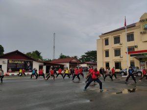 Tingkatkan Daya Tahan Tubuh, Meskipun Cuaca Gerimis Personil Polres Sorong tetap melaksanakan Olahraga pagi