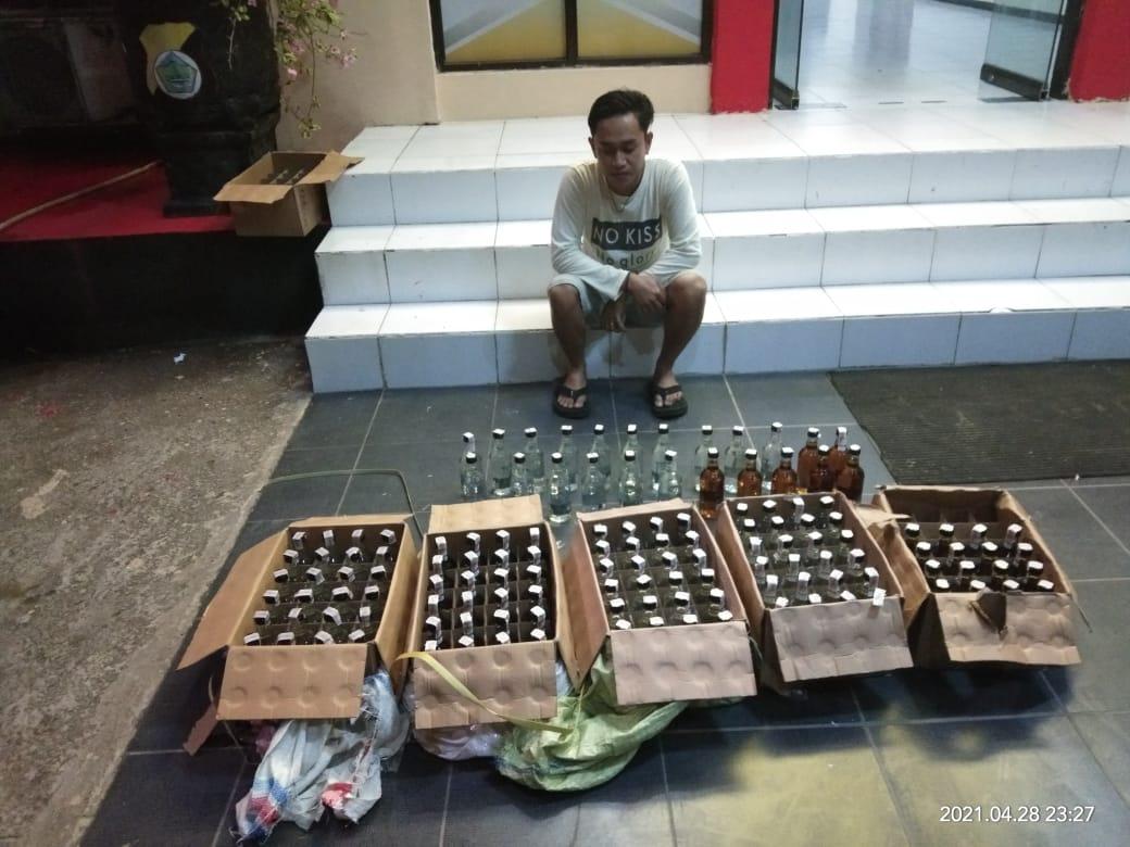 Sat Resnarkoba Polres Sorong Berhasil Menyita Puluhan Botol Miras