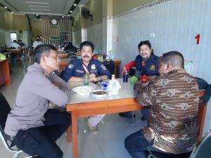 Jalin Silaturahmi, Kasubbag Humas Polres Sorong Ajak Wartawan Makan Siang Bersama