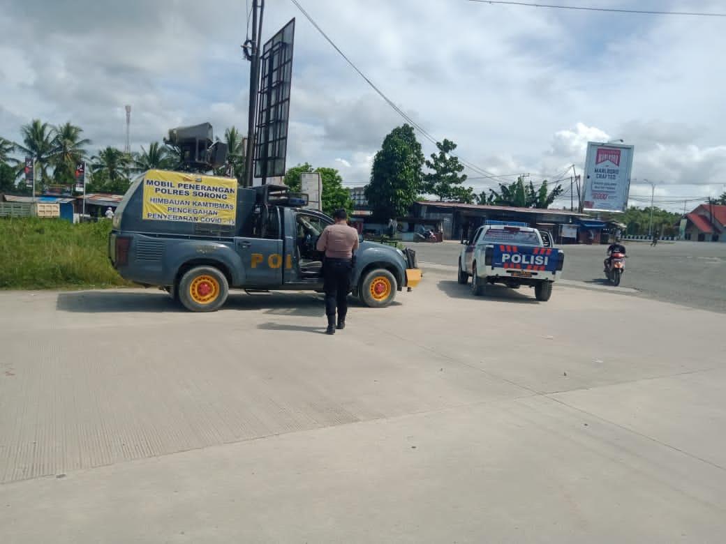Polres Sorong dan seluruh jajaran terus mengelar patroli dialogisdan penerangan keliling ke sejumlah lokasi untuk mengajak warga mematuhi protokol kesehatan (prokes) demi memutus penyebaran COVID-19.