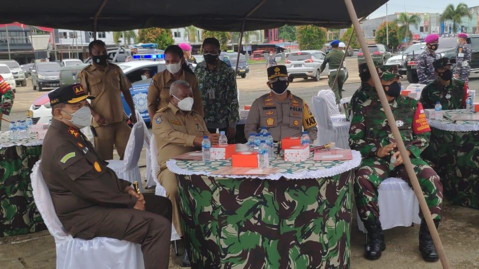 Peninjauan Vaksin Massal dan Penyerahan Bahan Pokok Kepada Masyarakat di Wilayah Kab. Sorong
