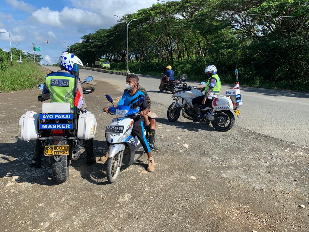 Unit Patwal Sat Lantas Polres Sorong Berikan Teguran Simpatik Kepada Pengendara Sepeda Motor