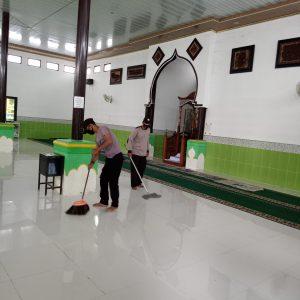 Ahad Bersih Presisi, Polsek Seget Rutin Laksanakan Bersih Tempat Ibadah