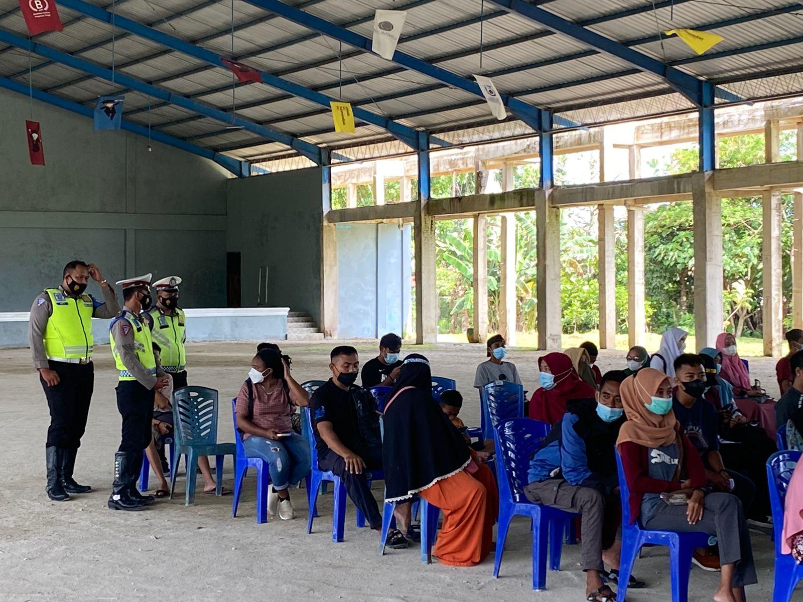 Kanit Turjawali Sat Sabhara Berikan Arahan Kepada Personil Polres Sorong Yang Melaksanakan Pengamanan Kegiatan Vaksinasi Massal