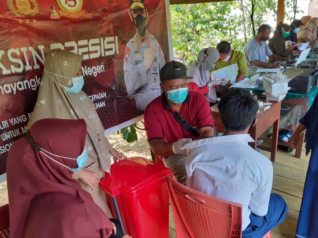 Sambil Melaksanakan Pengamanan Gerakan Vaksin, Personel Polsek Salawati  Imbau Pentingnya Penggunaan Masker Kepada Warga