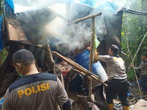 17 Personil Polsek Salawati Di Pimpin Kapolsek Salawati  IPTU Dhira Justitia Sutriyodi S.Tr.K Gerebek Tempat Penyulingan Miras Di Tengah Hutan