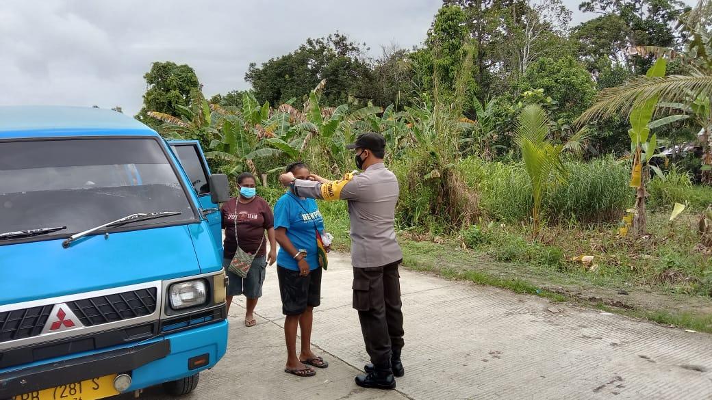 Polsek Beraur melaksanakan patroli dan edukasi serta bagi masker gratis