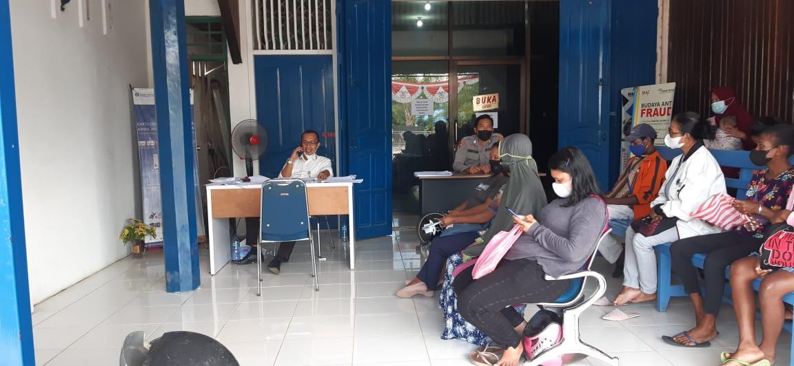 Giat Anggota Polres Sorong Melaksanakan Pengamanan Bantuan Dana Tangan Kasih