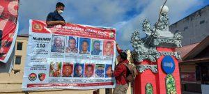 Polres Sorong Dan Polsek Jajaran Memasang Baliho Dan Sebarkan Foto 11 DPO Penyerangan Posramil Kisor Kabupaten Maybrat