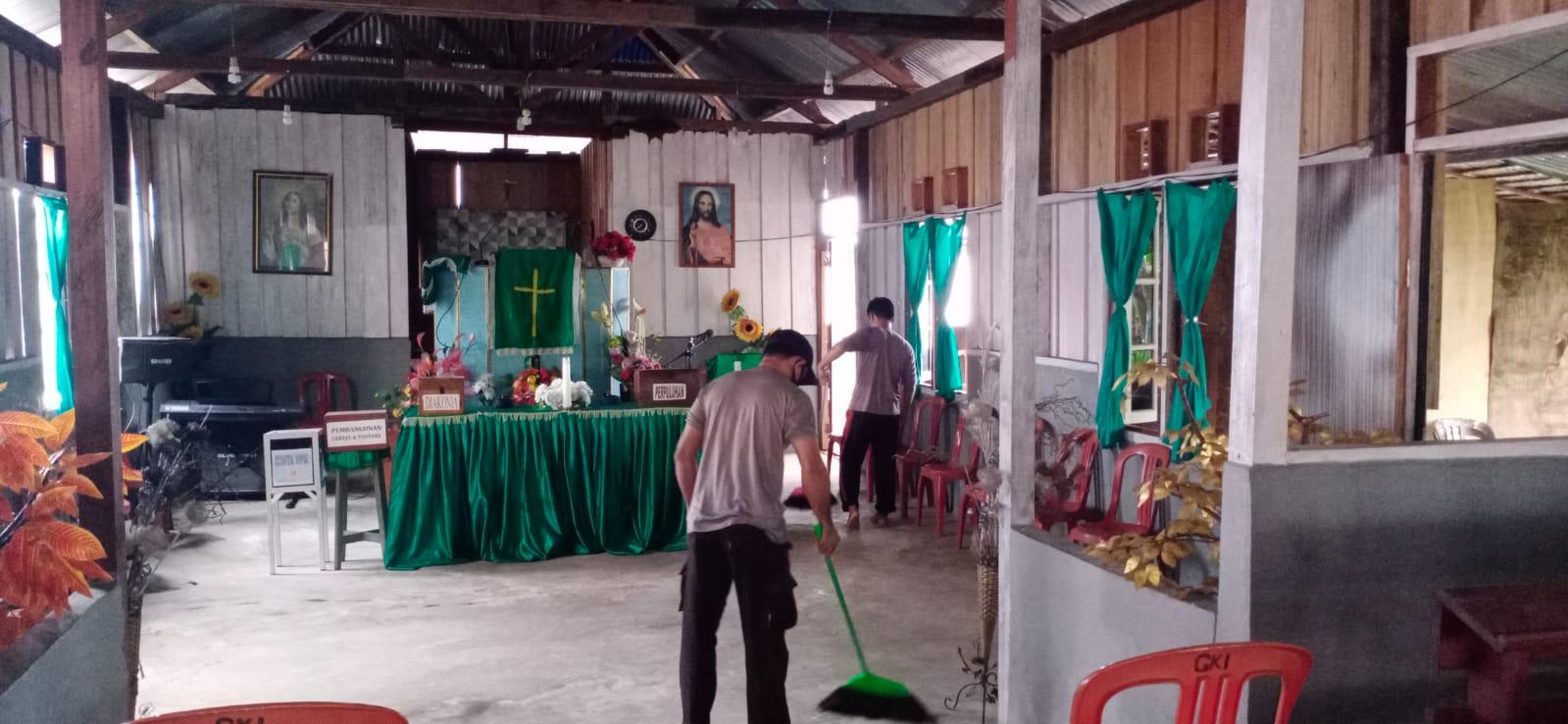Polsek Seget Lakukan Kerja Bakti dan Sosialisasi Hidup Sehat, Cegah Covid-19 Bersama Para Jamaah Gereja GKI Elim Seget