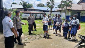Kasat Binmas Polres Sorong Menyambangi dan Mengajak Siswa/i di SMP Negeri 10 Kabupaten Sorong, Untuk Melaksanakan Vaksinasi.