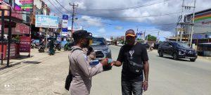 Cegah Penularan Covid-19, Sat Binmas Polres Sorong Bagikan Masker Kepada Para Pengguna Jalan