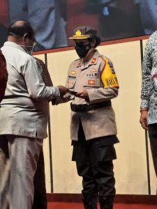 Kapolres Sorong Di Wakili Waka Polres Sorong Terima Sertifikat Tanah Dari BPN Sorong