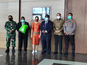 Kapolres sorong Di Wakili Kapolsek Aimas Hadiri Penyerahan Bahan Pokok Oleh Pimpinan ALFA MART Kepada Pemerintah Kab. Sorong.
