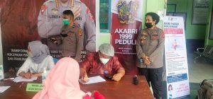 Waka Polres Sorong melakukan pengecekan dan peninjauan kegiatan Gerai Vaksin Presisi Di Puskesmas Mariat