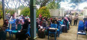 Personel Polres Sorong Antar Jemput Warga Ikut Vaksinasi Covid 19.
