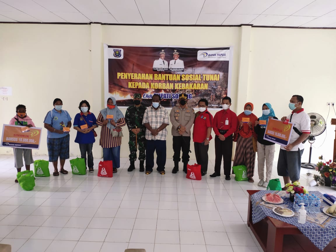 Kapolres Sorong Hadiri Penyerahan Bantuan Sosial kepada Warga Korban bencana Kebakaran Rumah di Tugu Merah SP. 1