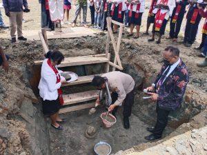 Kapolres Sorong mendampingi Bupati Dalam Peletakkan Batu Pertama Pembangunan Rumah Jabatan Bakal Klasis Malamoi