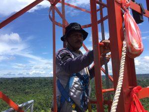 Sitipol Polres Sorong Mendampingi Bid Tik Polda Papua Barat Pemasangan link repeater Di Distrik Salawati