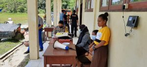 Polsek Salawati Pengamanan Dan Monitoring Gerai Vaksin Presisi Hut Bhayangkara Ke-75 di SMA Neg 2 Kelurahan Majener
