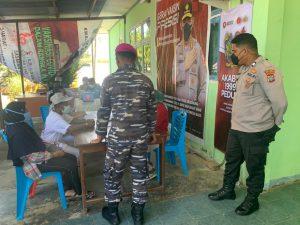 Anggota Polsek Aimas amankan dan Monitoring Pelaksanaan Gerai Vaksin Presisi HUT Bhayangkara ke – 75